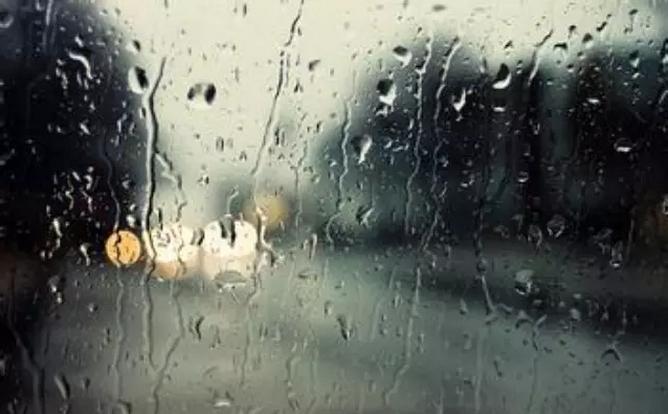 此外,由于雨天汽车的刹车距离会加长,因此行车时应保持一定的安全距离