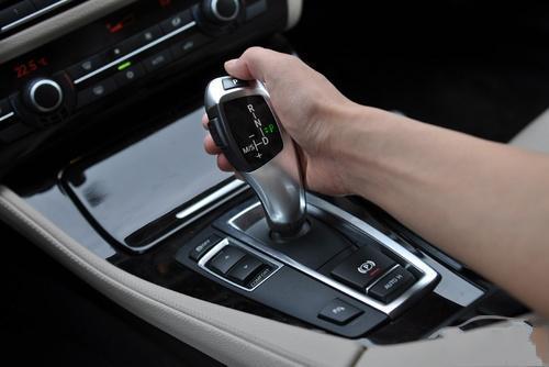 自动挡起步时,要注意汽车发动前必须将选挡操纵手柄置于p挡位或n挡位