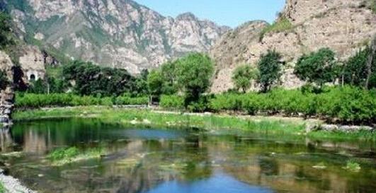 """天皇山自然风景区亦称""""五道壶石窟""""旅游区,属河北省怀来县."""